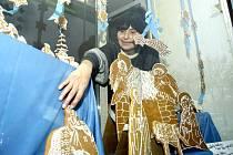 Eva Hamplová z DDM Symfonie připravuje perníčkový betlém.