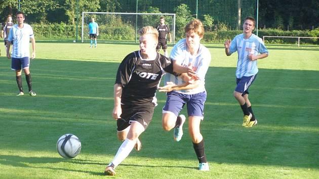 Z fotbalového utkání I.A třídy Poděbrady - Dlouhá Lhota (0:5)