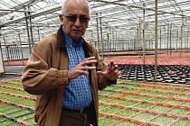 Zakladatel Josef Valtr stojí v jednom z velkých skleníků, kde pěstují květiny. V každé části lze vidět ty nejmenší sazeničky, až po větší květiny.