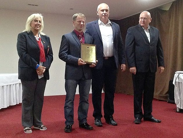 JE V SÍNI SLÁVY. Silový trojbojař Sokola Nymburk Karel Ruso (druhý zleva) dostal cenu od představitelů evropské federace tohoto sportu