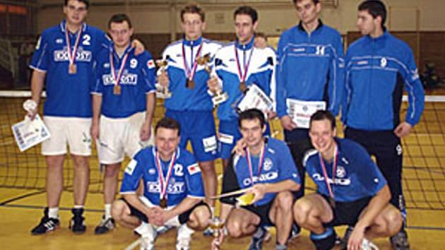 Nohejbalisté Čelákovic Spilka s Kolenským (vpravo nahoře) se probojovali do finále mistrovství republiky