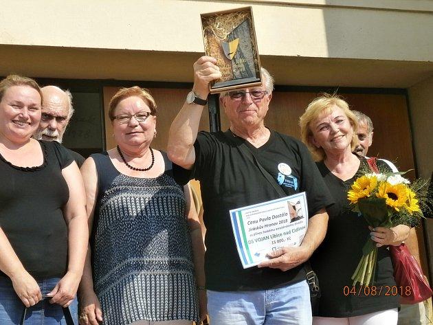 Cenu divadelníci převzali před Jiráskovým divadlem v Hronově.