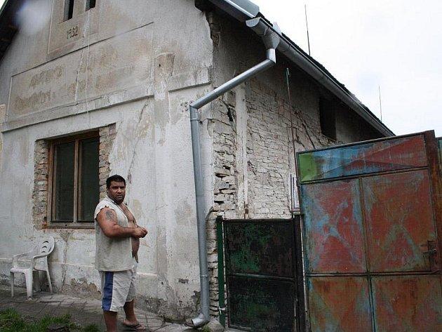 Kamil Godla u domu, z kterého se má vystěhovat