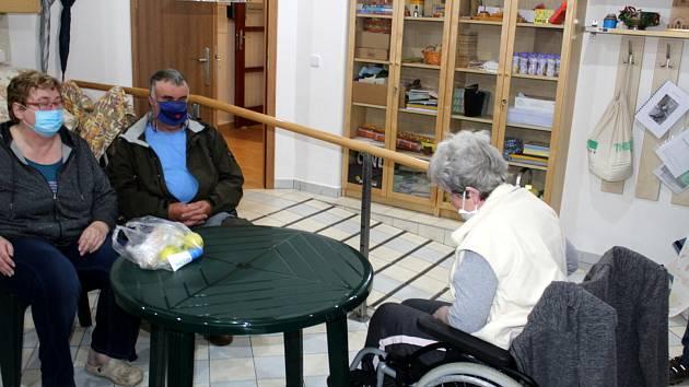 Jiřina Urbánková z Domova pro seniory Luxor se v pondělí dočkala své dcery s manželem.