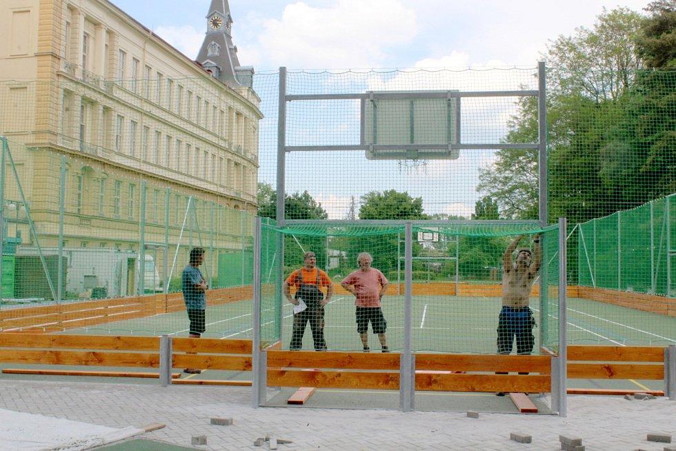 Finální úpravy nového multifunkčního sportovního hřiště za Základní školou Tyršova v Nymburce.