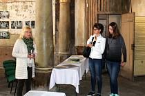 Snímky jsou z kaple svatého Jana Nepomuckého, obřadní síně krematoria a protiatomového krytu za hřbitovem.