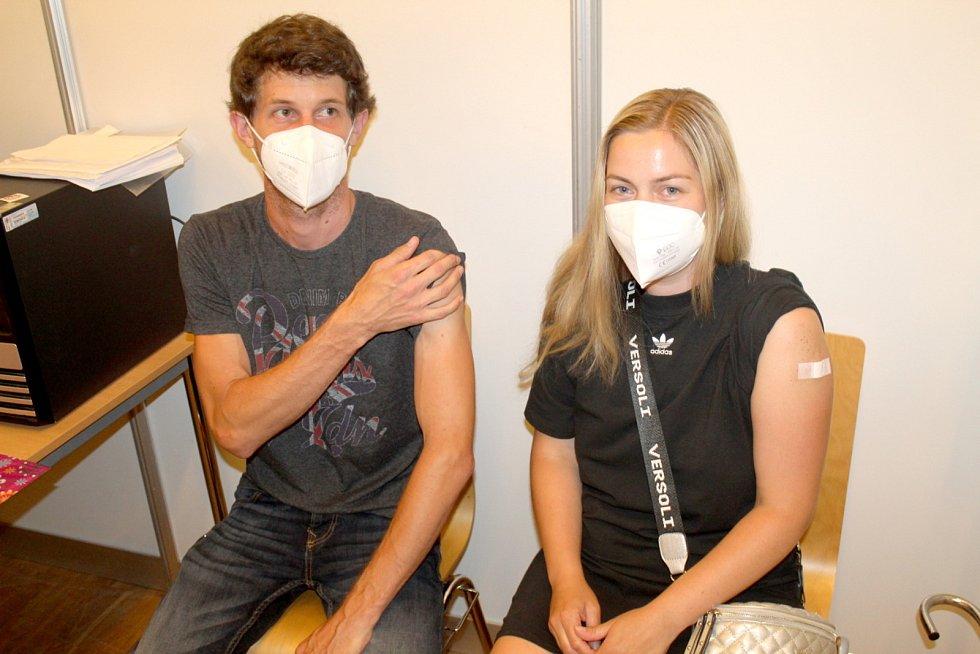Karolina Kvízová s přítelem Lukášem Novotným v nymburském Obecním domě na Očkovacím maratonu.