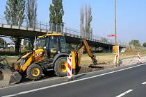 Začátek stavby chodníku v ulici Za Nádražím v Poděbradech.
