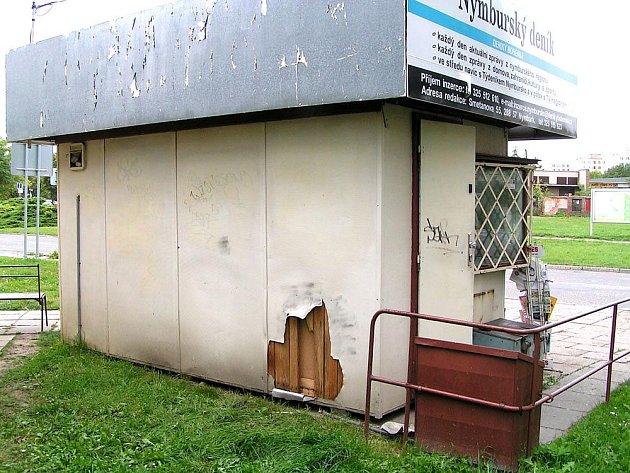 Trafiku na nymburském sídlišti chtěli vykrást zadní stěnou zloději.