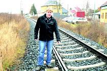 Strážník Jaroslav Kužel ukazuje na místo, kde šlo doslova o život.