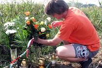 Na místě tragédie v poli u Hrubého Jeseníka se už druhý den objevily svíčky a květiny