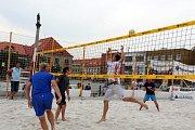 Známé sportovní tváře se objevily na nymburském náměstí pod vysokou sítí.
