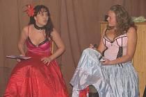 Ochotnický soubor V.O.S.A. rozesmál hostinec v Pátku hrou V levé poledne.