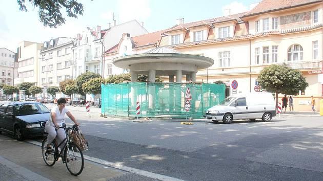 Pítko u pramene na Riegrově náměstí je v opravě.