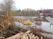 Na jezu Městečko (říční kilometr 29,2 u Nespek na Benešovsku) budou stavební práce pokračovat až do konce roku.