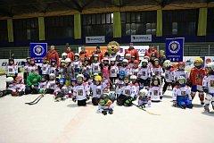 ŠEDESÁT DĚTÍ se zaregistrovalo na zimním stadionu v Nymburce na akci Týden hokeje. Na závěr se mohli všichni zúčastnění vyfotit s hokejovou legendou Martinem Procházkou