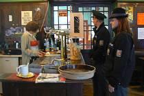 Policie kontroluje restaurace a bary, zda dodržují nařízení ministra