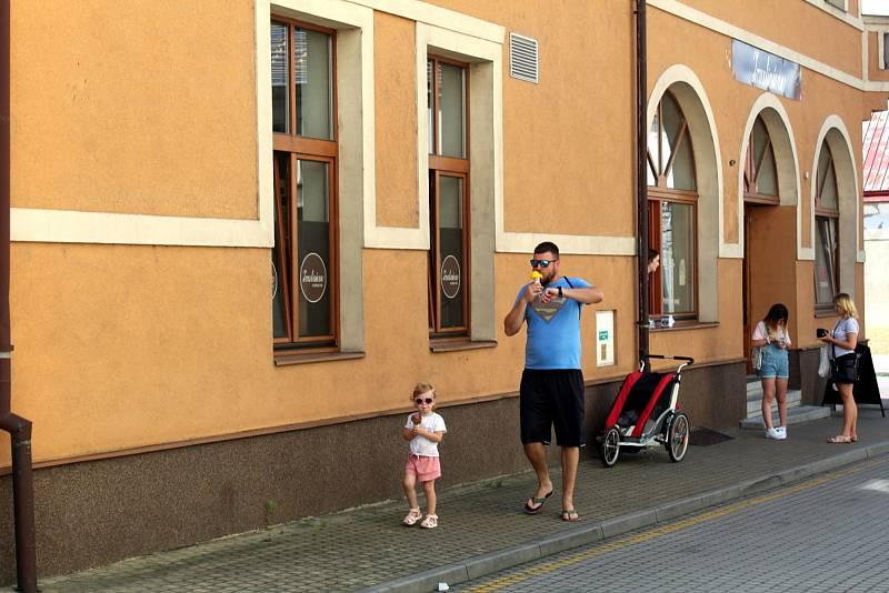 Zmrzlinárna u Hálkova divadla v Nymburce.