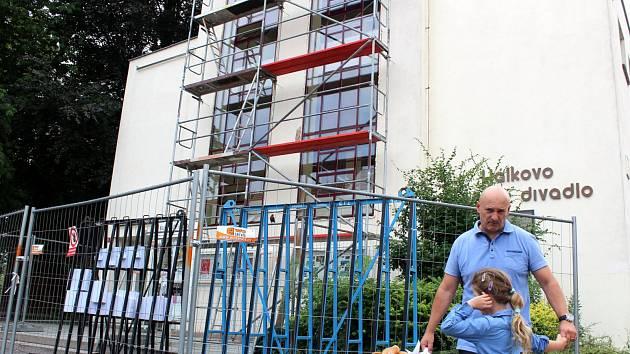 Unikátní stavba Hálkova divadla dostává nová portálová okna.