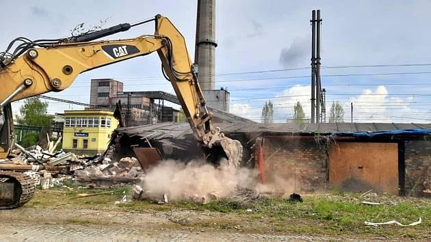 Domky u kolejiště v Nádražní ulici šly k zemi.