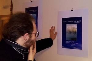 Vernisáž výstavy literárních plakátů Miloše Kima Houdka v čajovně Na Kopečku v Poděbradech.