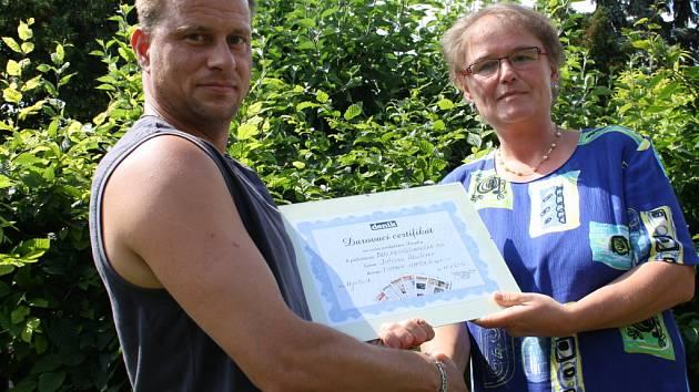 Jiří Raul přebírá certifikát na celoroční předplatné Nymburského deníku