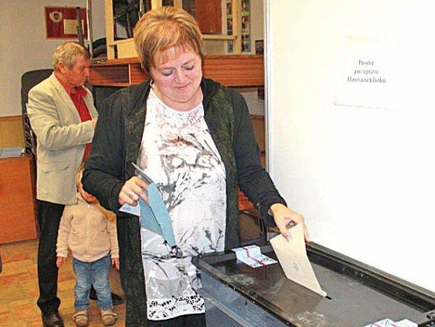 Senátorka Emilie Třísková v roce 2014 u volební schránky.