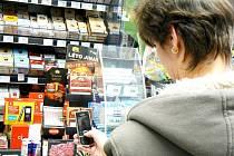 Dobíjet mobilní telefony z terminálů už v trafikách nelze. Alternativou jsou dobíjecí karty.