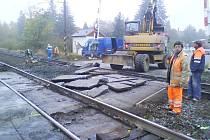Oprava železničního přejezdu na Kouteckou uzavírá komunikaci do čtvrtka.