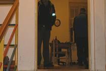 PO SOBOTNÍ půlnoci vyšetřovatelé ohledávali byt, ve kterém došlo k napadení nožem. Po skončení byt zapečetili.