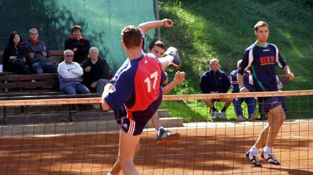 Nohejbalisté Spartaku Čelákovice (za sítí) prohráli i druhý zápas se Žatcema a z play off první ligy jsou vyřazeni.
