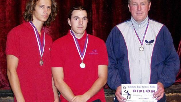 Stolnětenisovým přeborníkem se stal Miroslav Trajhan (uprostřed), druhý skončil Jakub Pešek (vlevo), třetí byl Miroslav Křepela.