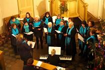 Lidé kvůli zpívání koled zaplnili libický kostel.
