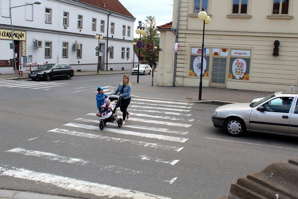 Přechod mezi drogerií a morovým sloupem v centru Poděbrad bude v pátek minulostí.
