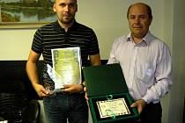Sládek Bohumil Valenta (vlevo) a ředitel Pavel Benák s oceněními