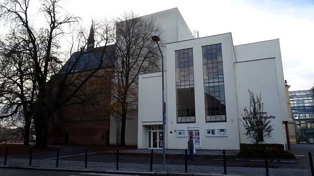 Současný pohled na Hálkovo divadlo a kapli svatého Jana Nepomuckého v Tyršově ulici.