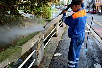 Zábradlí u mostků přes Malé i Velké Valy září čistotou.