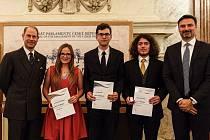 Čtyři studenti z Poděbrad získali cenu vévody z Edinburghu na půdě Senátu.