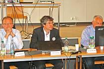 Nový starosta Nymburka Pavel Fojtík (uprostřed) těsně po svém zvolení.