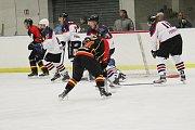 Hokejisté Poděbrad (v bílém) prohráli doma s Mělníkem 2:5