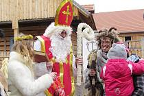 Mikulášská družina se ve starobylé polabské vesničce vyjímala.