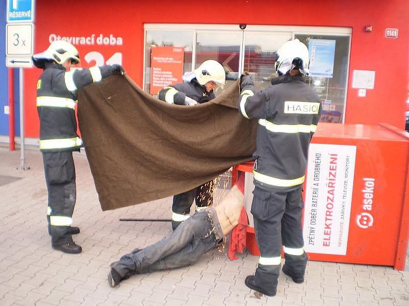 Mladík se zřejmě udusil při vykrádání elektrokontejneru