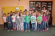 Žáci třídy 1. D ZŠ Václava Havla v Poděbradech s vychovatelkou Ivetou Soběslavovou.