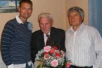 Jaroslavu Chládkovi (uprostřed) popřál k devadesátým narozeninám také současný předseda klubu Michal Hrstka (vlevo) a Ladislav Skoupý