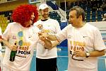 TITUL ČÍSLO DEVĚT. Basketbalisté Nymburka vyhráli finálovou sérii s Prostějovem 4:0 na zápasy a mohli se radoval z devátého titulu mistra republiky za sebou. Ihned po zápase nemohl chybět sekt a pochopitelně vítězný doutník v ruce trenéra Ronena Ginzburga