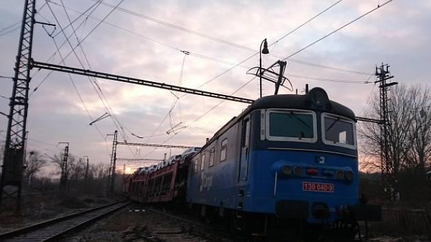 V Nymburce vykolejil nákladní vlak převážející osobní automobily.