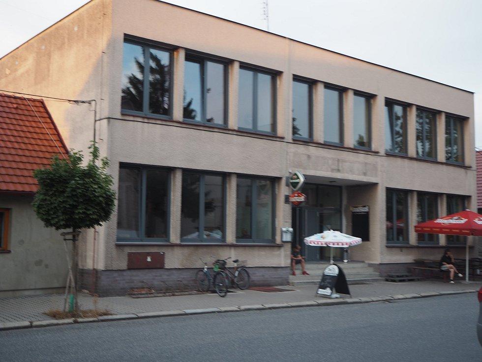 Kulturní dům v Libici na návsi.