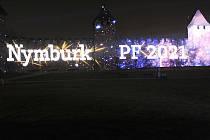I přes výzvy, aby lidé sledovali novoroční projekci na historické hradby z tepla svých domovů, dorazily na Nový rok k hradbám stovky lidí.