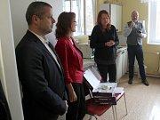 Předání monitorů se uskutečnilo přímo na novorozeneckém oddělení nymburské nemocnice.