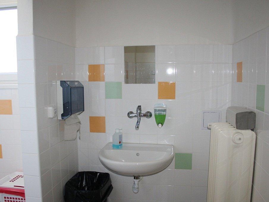 Nové sociální zařízení na gynekologicko-porodnickém oddělení nymburské nemocnice.